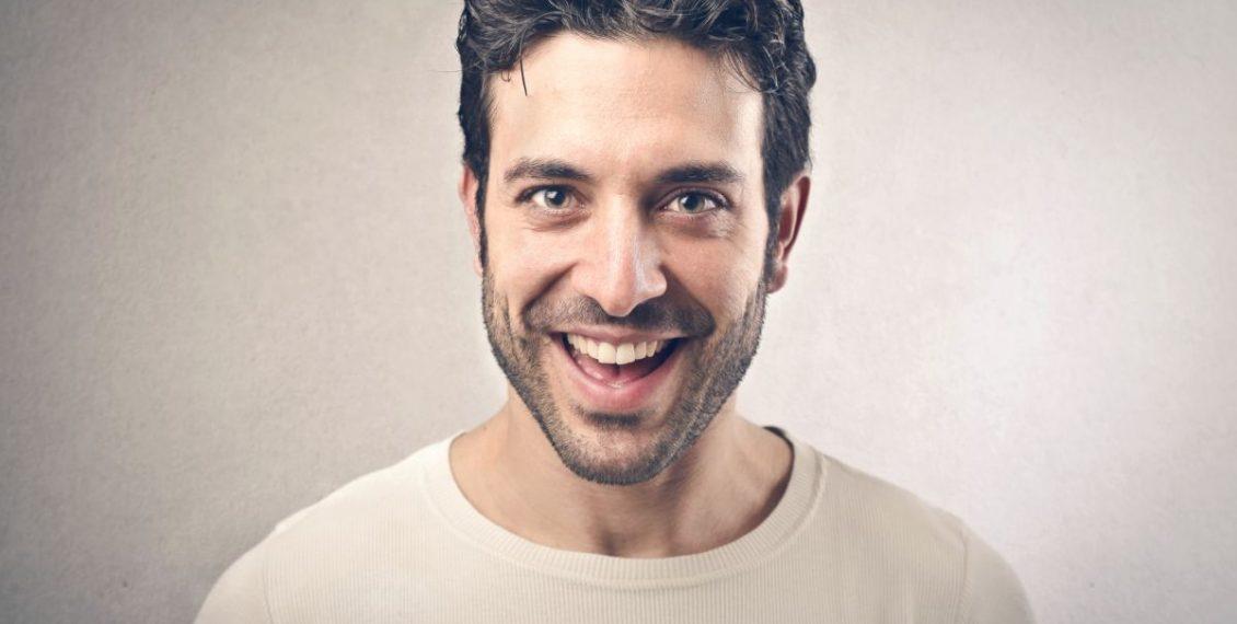 In 17 Schritten zum gluecklichen Mann_laechelnder Mann